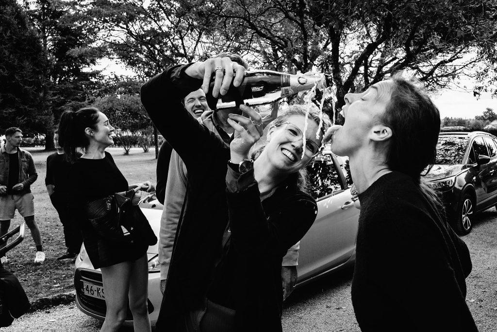 champagne op bruiloft, trouwen in frankrijk, zwart-wit foto