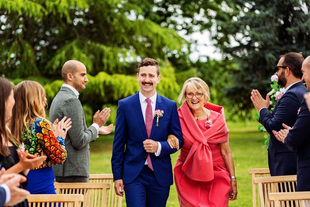 Trouwceremonie, trouwen in Frankrijk, moeder geeft bruidegom weg, trouwen in het buitenland