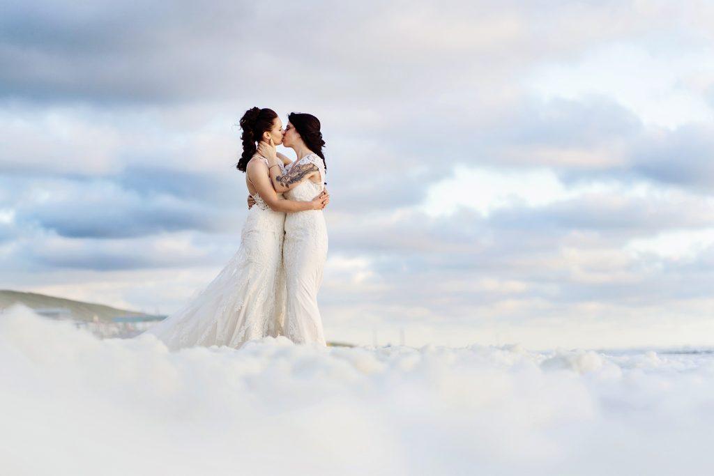 same sex wedding, trouwen op het strand, branding, strandbruiloft