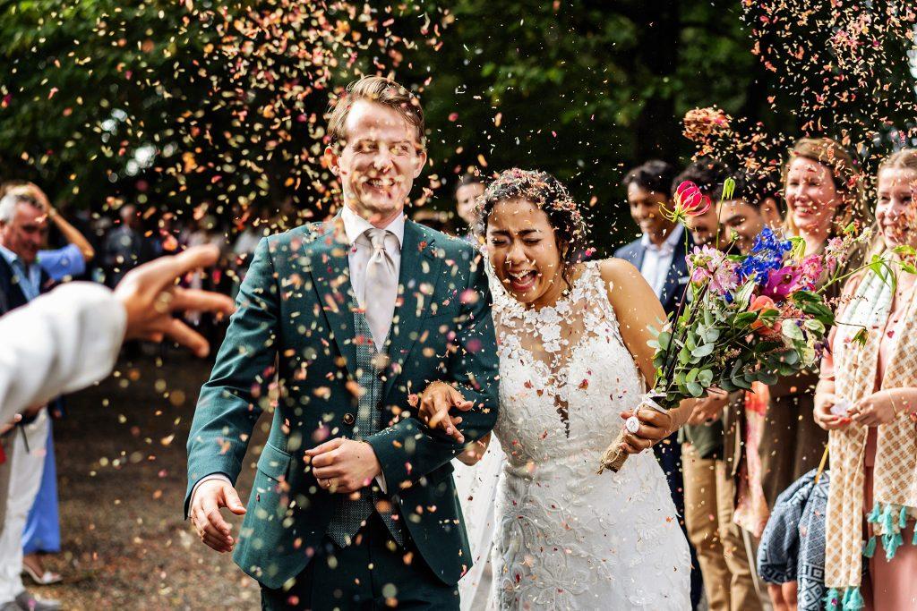 Bruidsfotograaf Limburg, trouwen in Belgie, confetti ceremonie, trouwceremonie