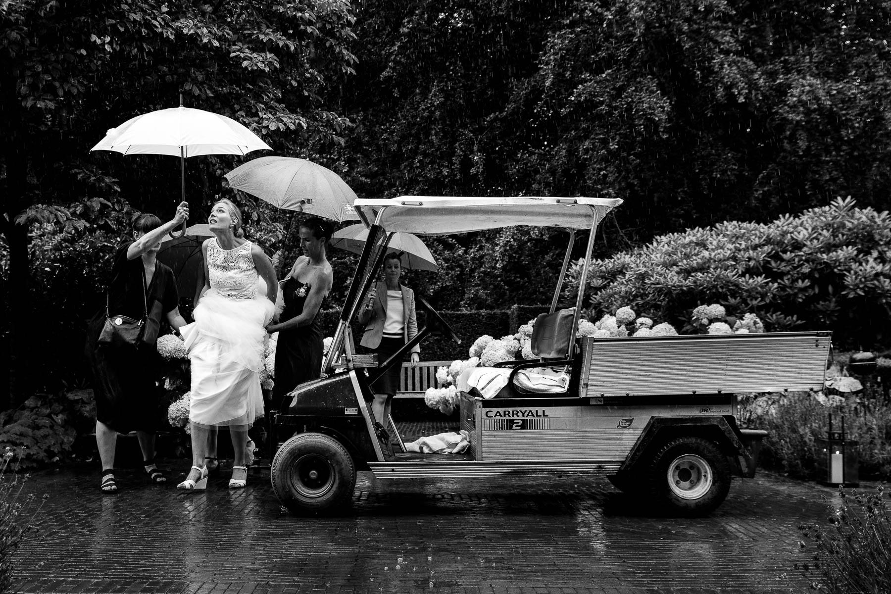 Mooiste trouwfoto  | Regen op je bruiloft | Zwart wit trouwfoto