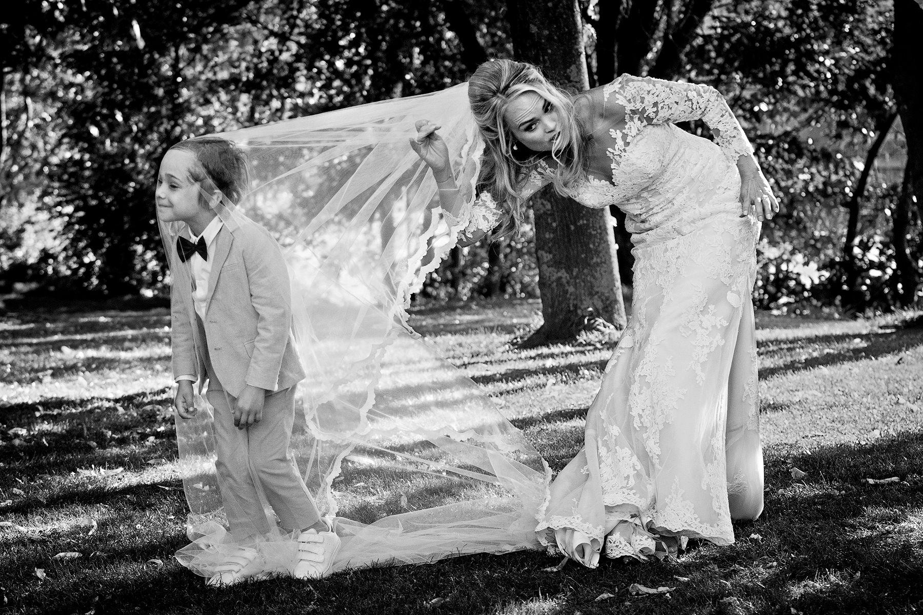 Trouwen met kinderen | Bruidskinderen | Grappige trouwfoto