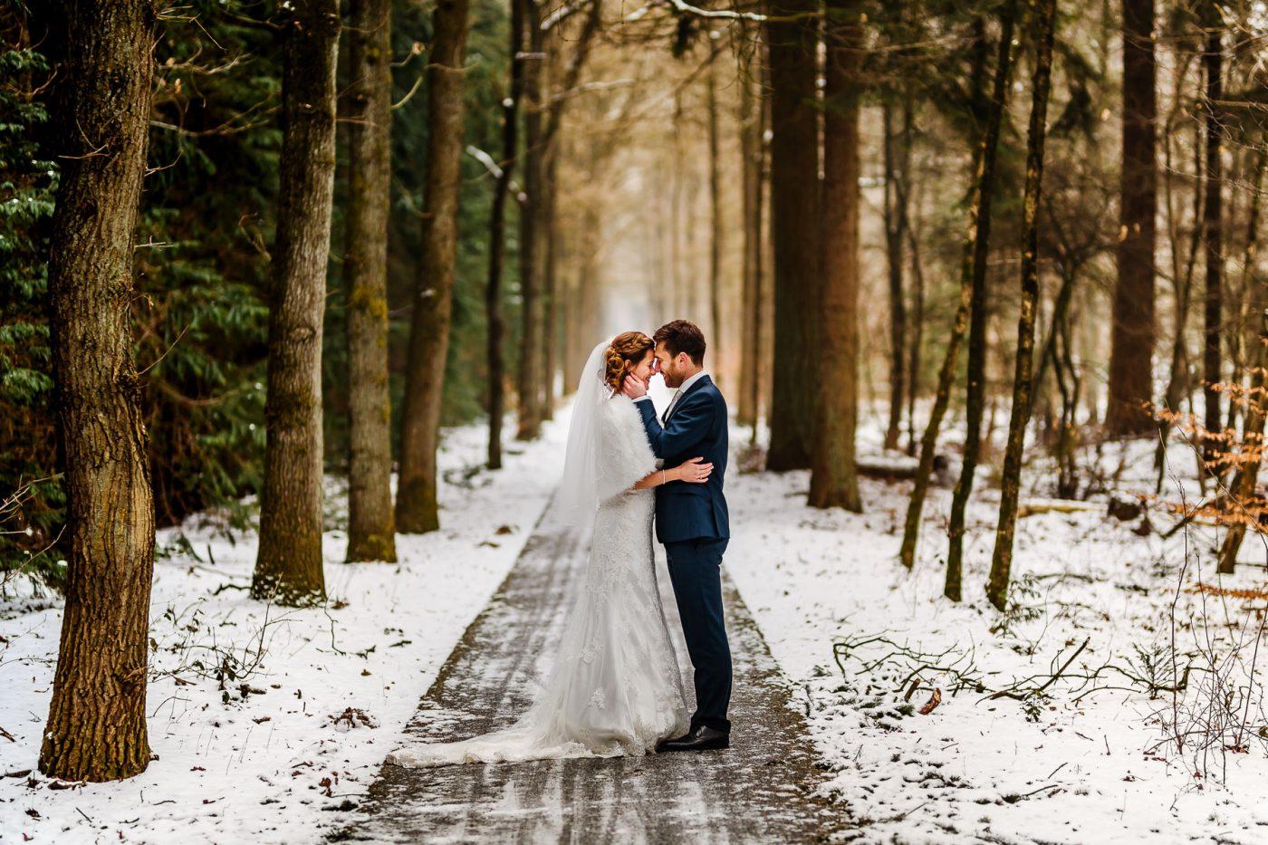 Trouwen in de winter | Winterbruiloft | Trouwen in de sneeuw | Sneeuw op je bruiloft | Trouwfoto in de sneeuw