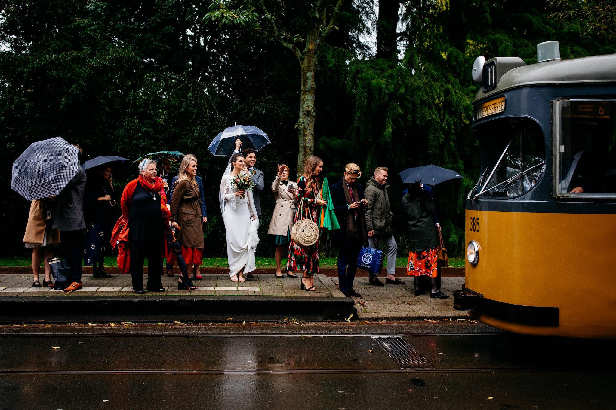 Regen op je bruiloft | Trouwen in de herfst |  Trouwfoto's met paraplu
