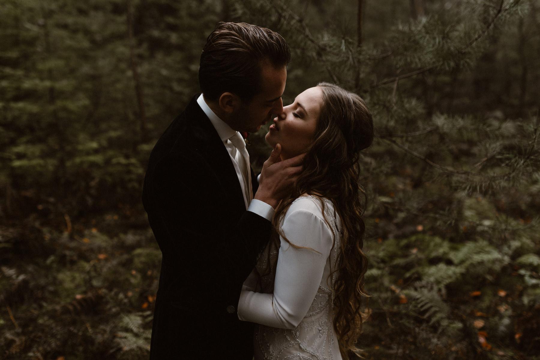 Trouwen in de herfst | Trouwen in het bos | Trouwfotoshoot in het bos
