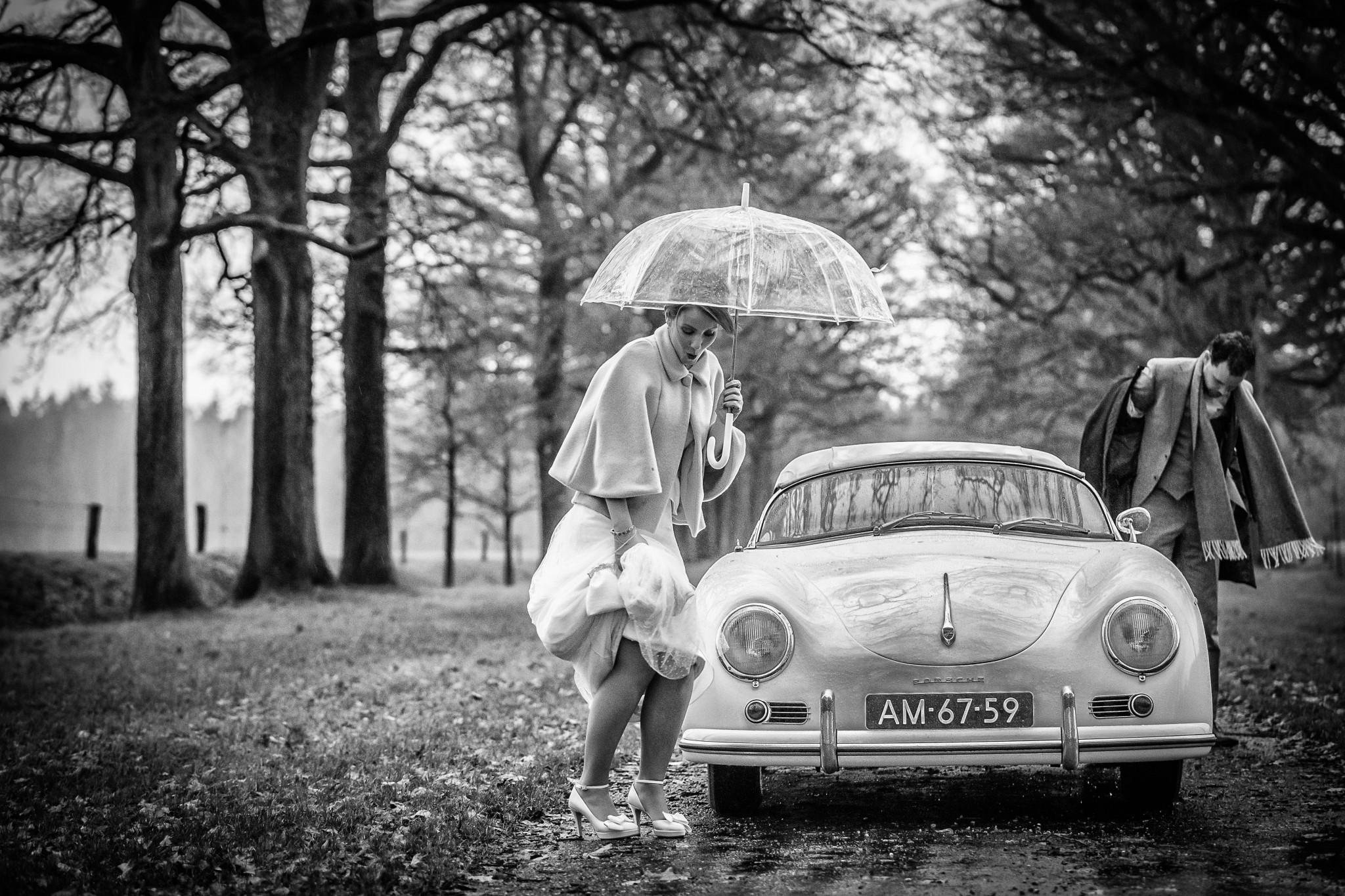 Herfstbruiloft | Trouwen in de herfst | Regen op je bruiloft | Trouwfoto's met paraplu | Trouwfoto in de regen