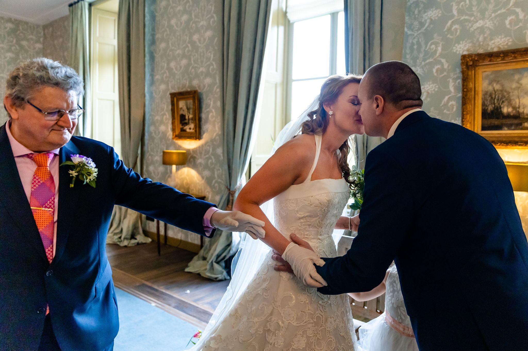 Trouwen in coronatijd | Social distance bruiloft | Trouwceremonie | Wweggeefmoment