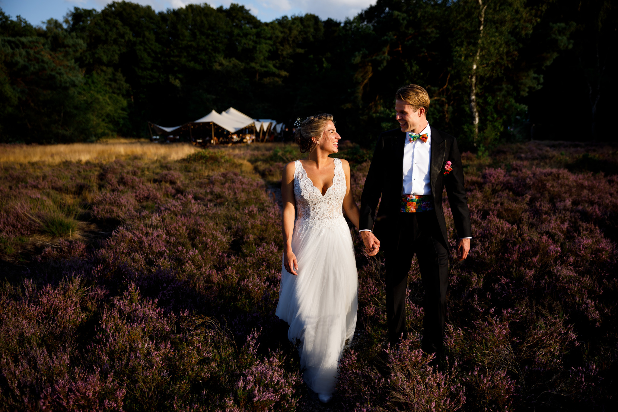 Buiten trouwen   Trouwen op de heide   Golden hour   Bruiloft stretchtent
