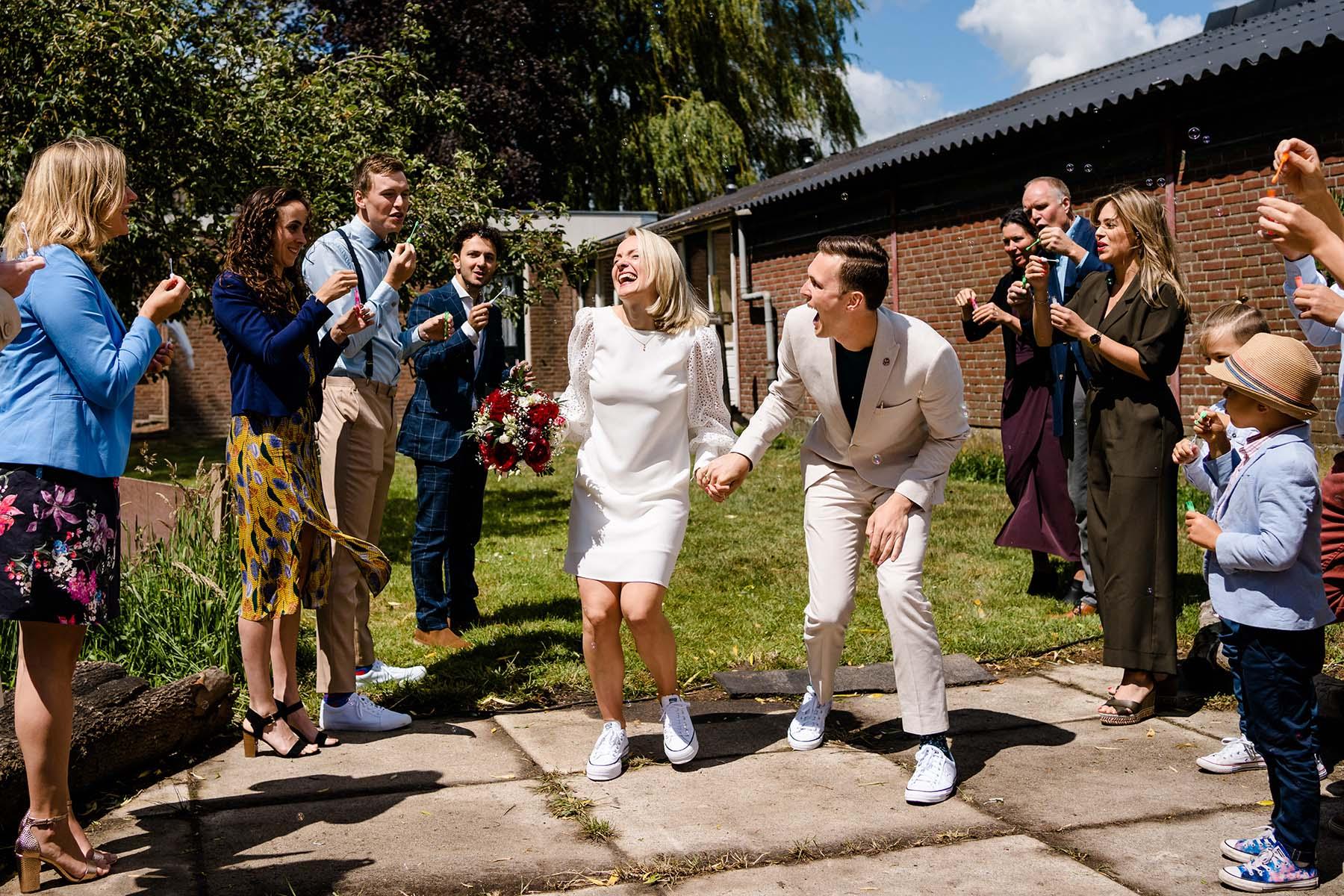 Trouwen in de zomer   Trouwen in de lente   Bruidspaar   Hip Bruidspaar   Korte trouwjurk   Trouwen op sneakers