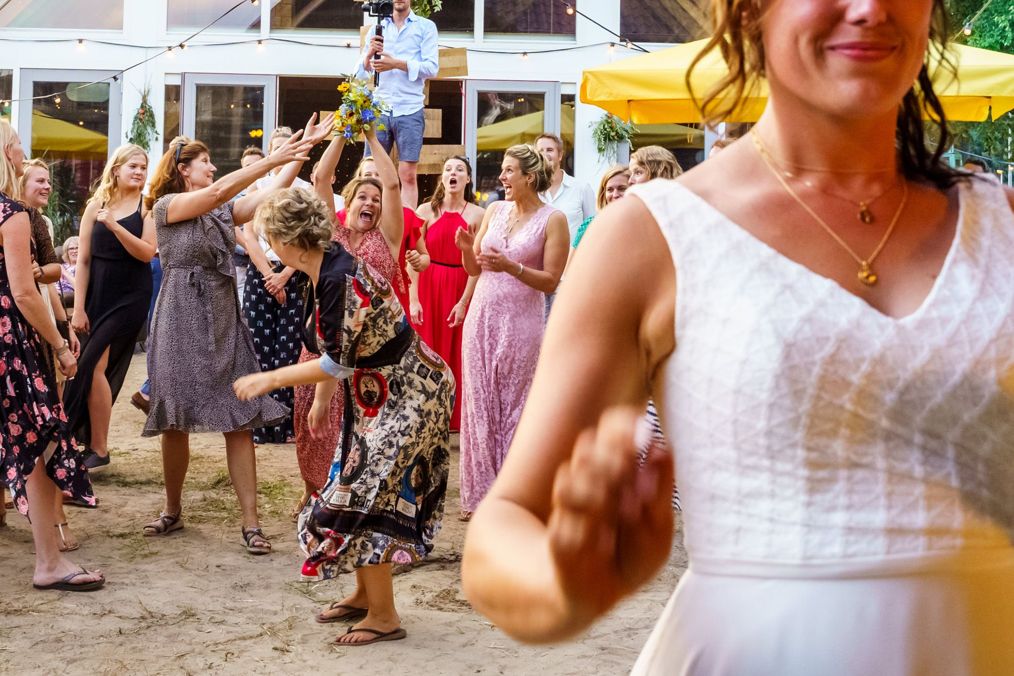 Buiten trouwen   Strandbruiloft   Boeket gooien