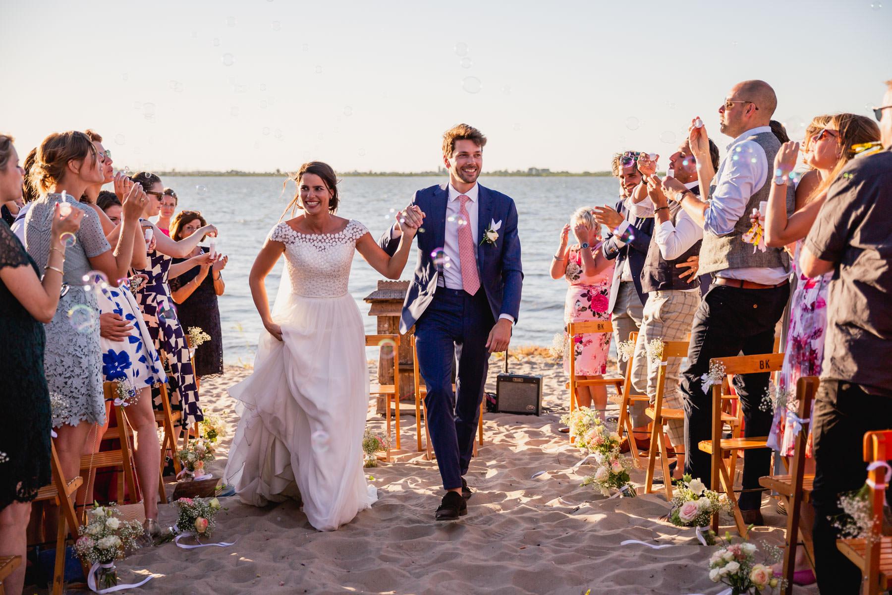Trouwen op het strand   Trouwfoto's zomer   Strandbruiloft   Beachwedding