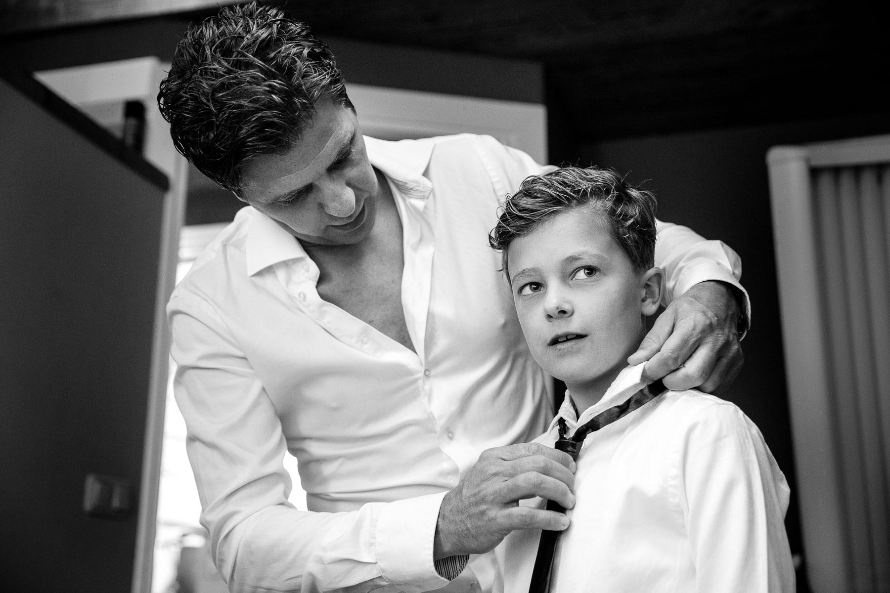 Vaders op bruiloften | Trouwfotograaf | Aankleden bruidegom | bruidsinderen