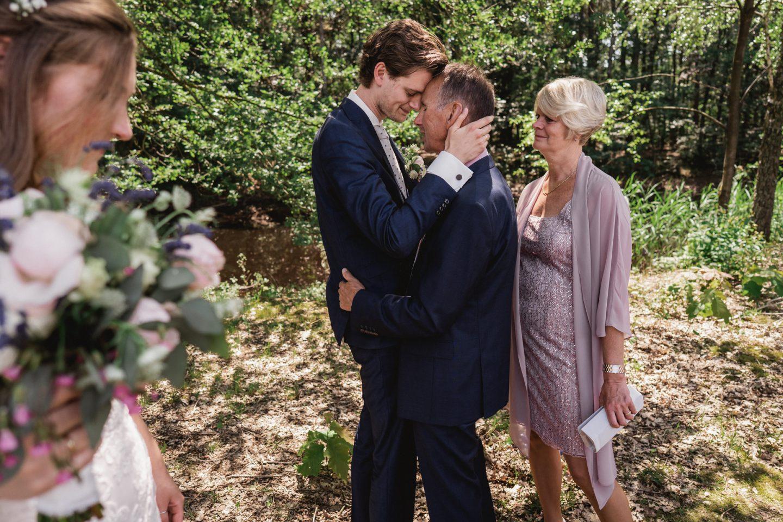 Vader van de bruidegom | Emotionele trouwfoto | Tranen