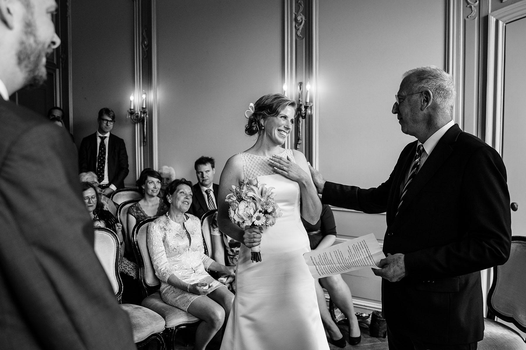 Vader van de bruid | Weggeefmoment | Emotionele trouwfoto